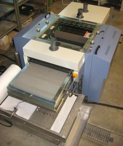Utilaje CNC pentru finisare și debavurare table metalice