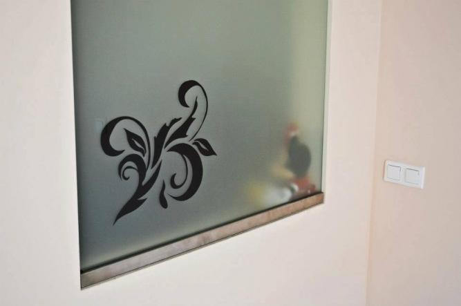 Model vopsit pe sticlă